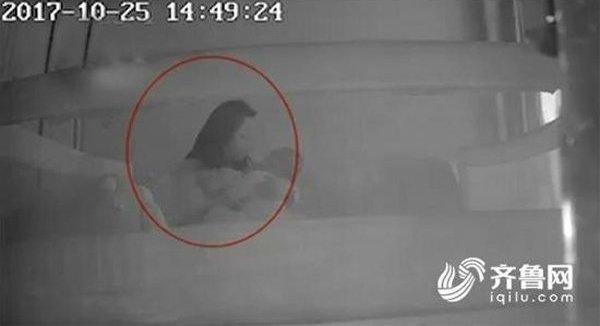 Con 1 tuổi hay khóc thét về đêm, mẹ bàng hoàng phát hiện sự thật qua camera