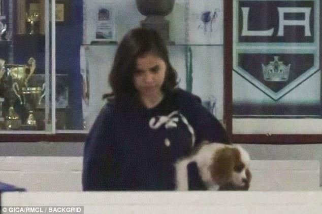 Selena Gomez và Justin Bieber công khai hôn nhau giữa chốn công cộng