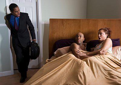Vợ cẩn thận thay ổ khóa nhưng vẫn bị chồng bắt quả tang đang khỏa thân với người tình