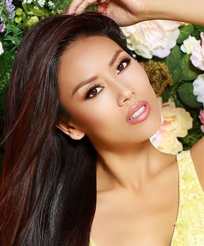 Nguyễn Thị Loan và dàn thí sinh Miss Universe khoe sắc bên hoa