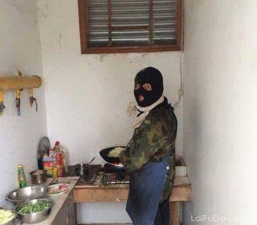 Chết cười với những cảnh khi đàn ông vào bếp: nào là giáp xanh giáp hồng, không mũ bảo hiểm cũng trùm bọc nylon
