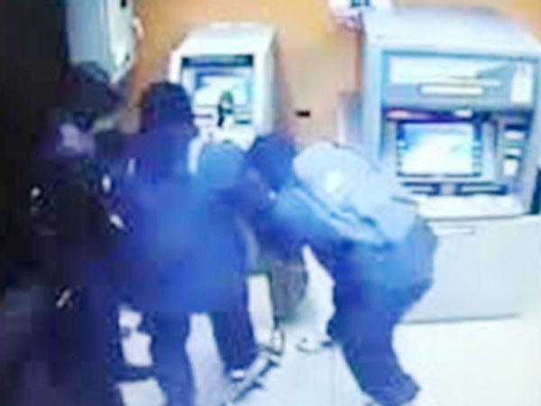Camera ghi hình tên trộm đi xe đạp, phá trụ ATM ở Sài Gòn