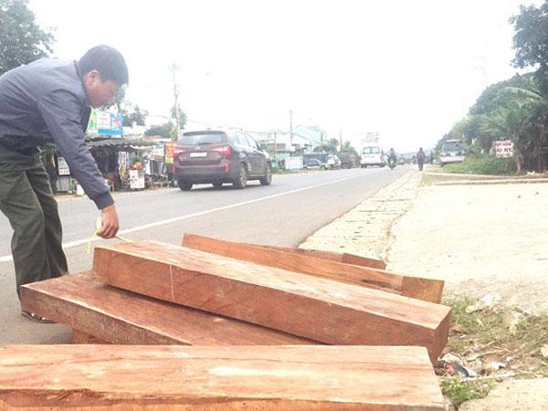 Bị truy đuổi, tài xế xe tải vứt gỗ quý giữa đường tẩu thoát