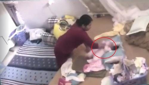 Nữ giúp việc đánh bé gái hơn một tháng tuổi bị bắt