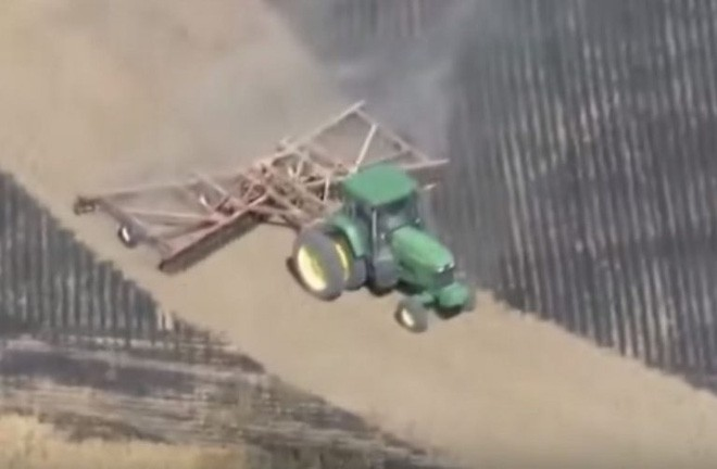 Phát hiện ra cánh đồng bị cháy, người nông dân làm một việc khiến ai cũng nể phục