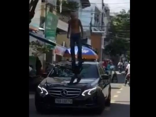 Khống chế ngáo đá nhảy nóc ô tô, đánh người