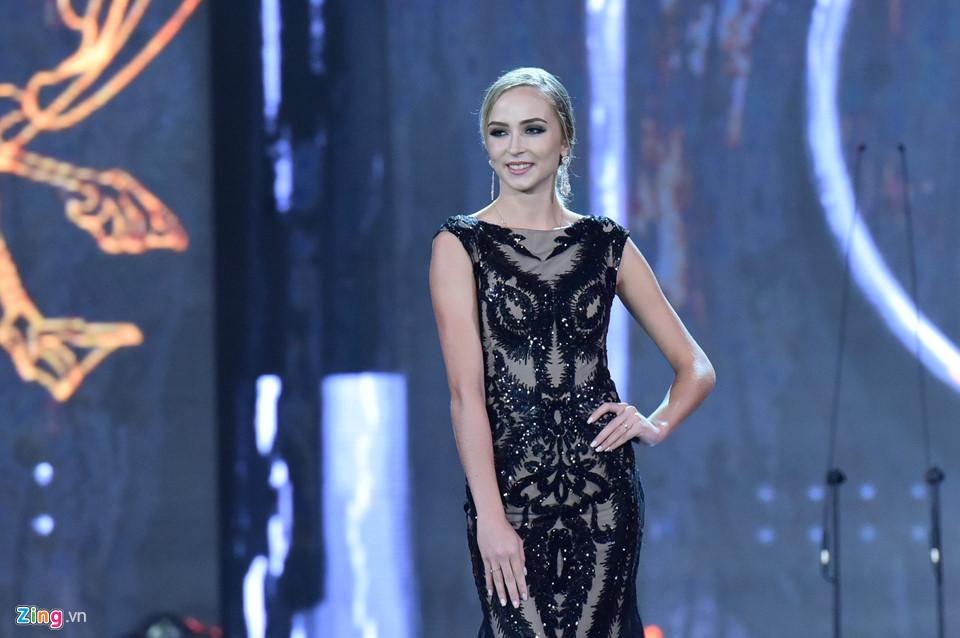 Huyền My nổi bật khi trình diễn váy dạ hội ở bán kết Hoa hậu Hòa bình