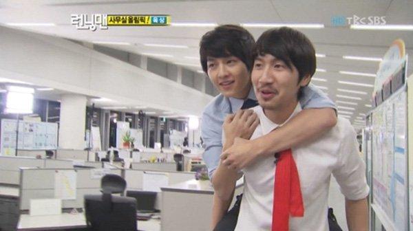 Song Joong Ki giao vai trò MC tiệc cưới cho bạn chí cốt Lee Kwang Soo?