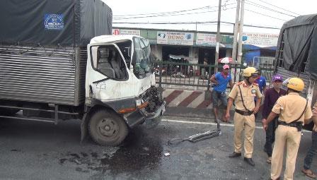 Tai nạn liên hoàn, tài xế cùng phụ xe mắc kẹt kêu cứu