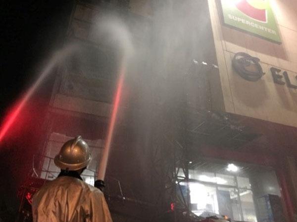 Lửa bao trùm quán trà sữa ở Hồ Gươm Plaza, đồ đạc cháy thành tro