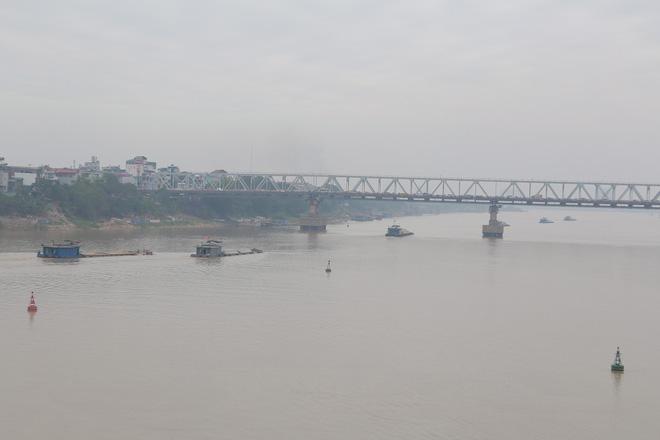 Cận cảnh vị trí có bom dưới chân cầu Long Biên