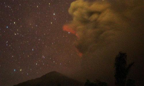 Hành khách bị bỏ lại sân bay vì núi lửa Bali phun trào