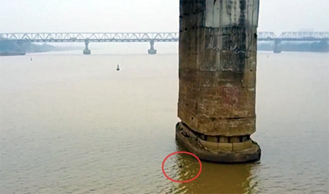 Dân Thủ đô chen chân lên cầu Long Biên xem gỡ bom