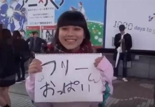 Nữ sinh Nhật Bản cho sờ ngực miễn phí để... cứu thế giới