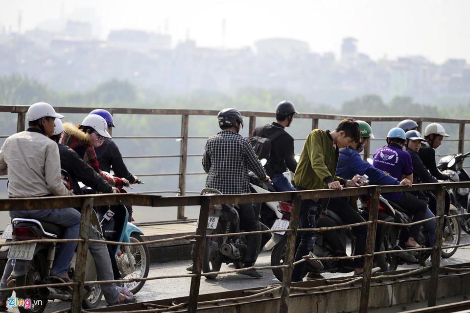 Bộ đội trục vớt quả bom sát chân cầu Long Biên