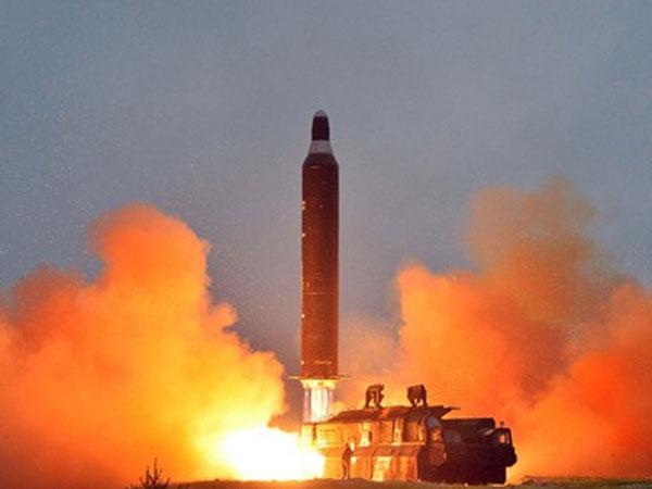 Kim Jong-un đích thân ký lệnh phóng tên lửa đạn đạo