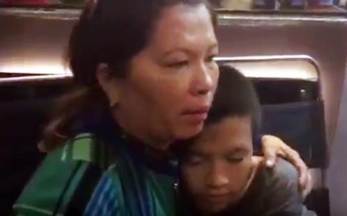 Người mẹ bật khóc khi 'hiệp sĩ' tìm thấy con trai mất tích