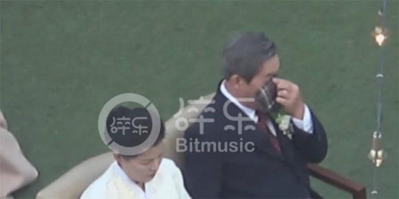 2 bố con Song Joong Ki đều xúc động rơi nước mắt trong lễ cưới