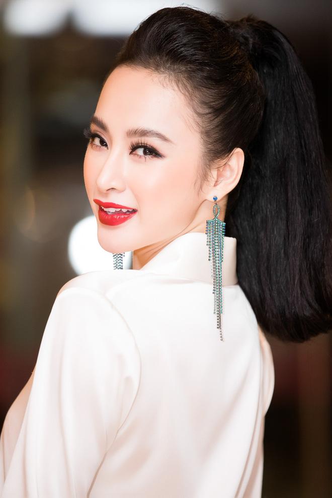 Đón năm mới xa nhà, Angela Phương Trinh nổi bật với váy hoa họa tiết
