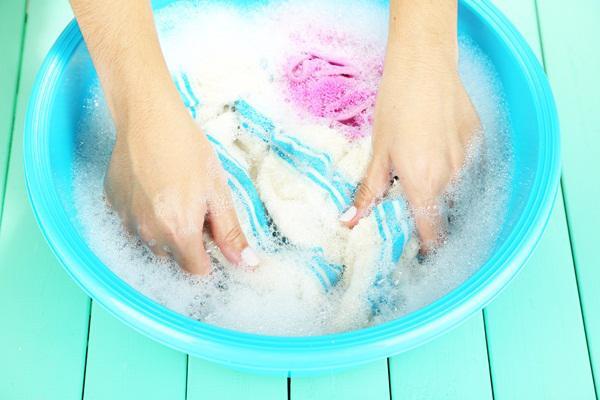 Quần áo nhanh hóa giẻ rách vì những sai lầm chị em thường mắc khi giặt bằng tay