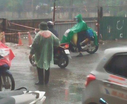 Người phụ nữ 63 tuổi bất chấp trời mưa rét để điều tiết giao thông: Nhiều lần tôi bị chửi bới, đe dọa