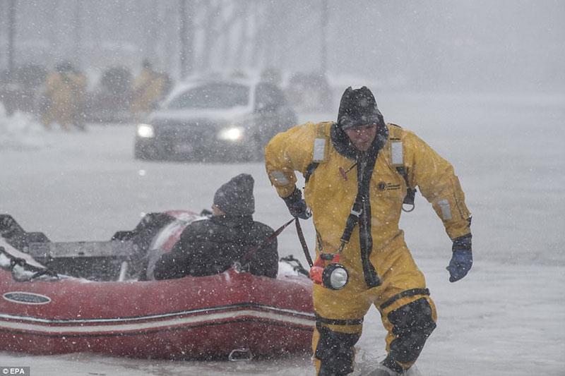 Ảnh: Bão bom gây lụt lịch sử, giao thông hỗn loạn và chết người hàng loạt ở Mỹ