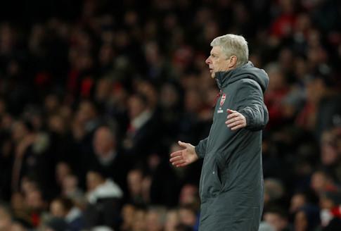 HLV Wenger bị cấm chỉ đạo 3 trận vì chỉ trích trọng tài