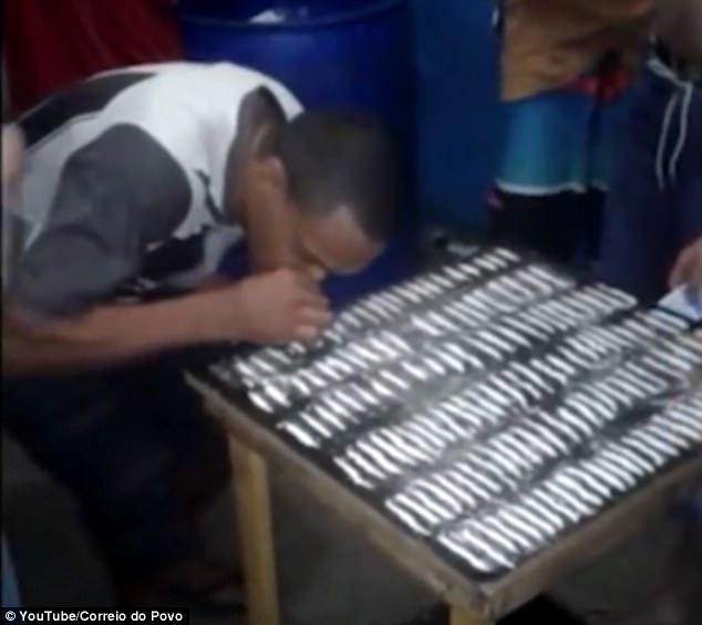 Sốc với cảnh tù nhân Brazil mở tiệc hít 1 bàn đầy ma túy