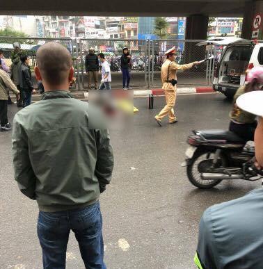 Hà Nội: Nam thanh niên thoi thóp dưới đường nghi rơi từ cầu vượt ngã Tư Sở xuống