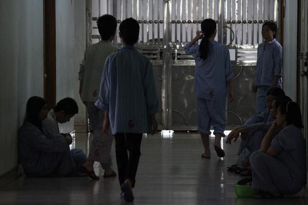 Hà Nội: Vừa sinh xong mẹ trẻ vùi đầu vào facebook, người gầy như xác ve nhập viện tâm thần