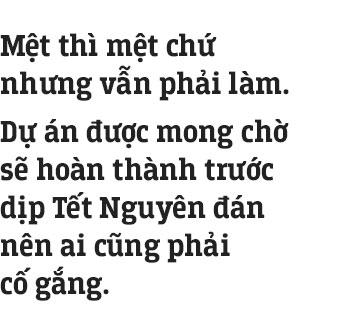 Những công nhân thâu đêm nạo vét hồ Gươm trong cái rét 10 độ C ở Hà Nội: Uống tách trà nóng, cười một cái rồi làm tiếp!
