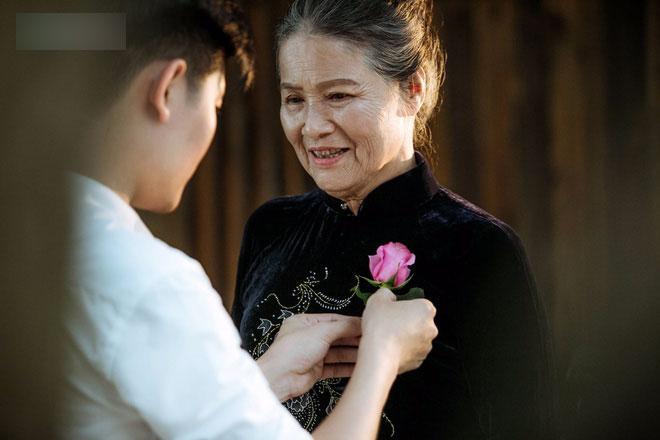 Con trai nấu bồ kết tự tay gội đầu cho mẹ, hình ảnh xúc động trong những ngày cuối năm