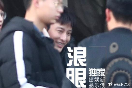 Nụ cười gượng gạo hiếm hoi của Giả Nãi Lượng sau chuỗi 12 ngày chìm đắm trong scandal