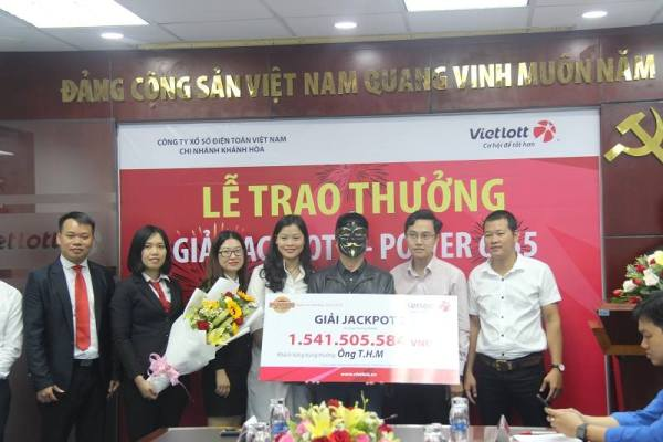 Khánh Hòa: Đeo mặt nạ kín mít nhận giải jackpot trị giá 1,5 tỷ đồng