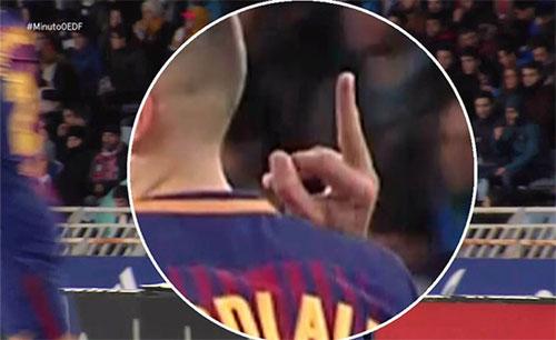 Sao Barca giơ ngón tay thối về phía đối thủ
