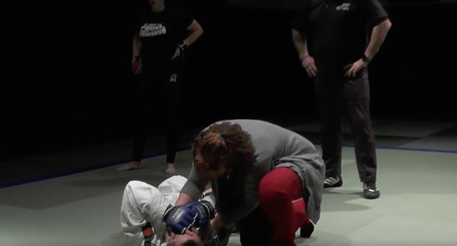 Knock-out nam võ sĩ, bà mẹ hai con giành phần thưởng 1 triệu USD