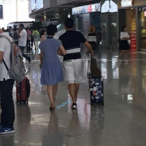 Ngô Kỳ Long - Lưu Thi Thi: Cứ khi nào bị chụp lén đều là hình ảnh đang nắm tay nhau ngọt ngào