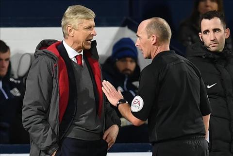 Wenger chửi trọng tài Premier League là nỗi ô nhục