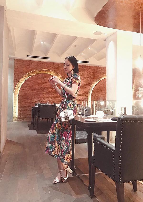 Người đẹp Việt sủng ái túi đeo chéo nhỏ xinh khi dạo phố