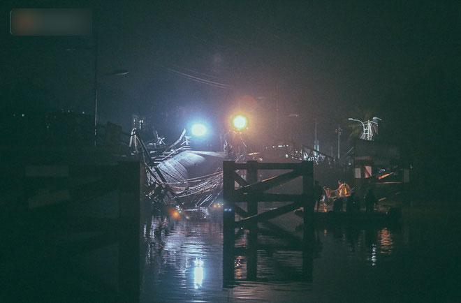 Chùm ảnh: Trắng đêm khắc phục sự cố sập cầu Long Kiển, nhiều phương tiện rơi xuống sông ở Sài Gòn