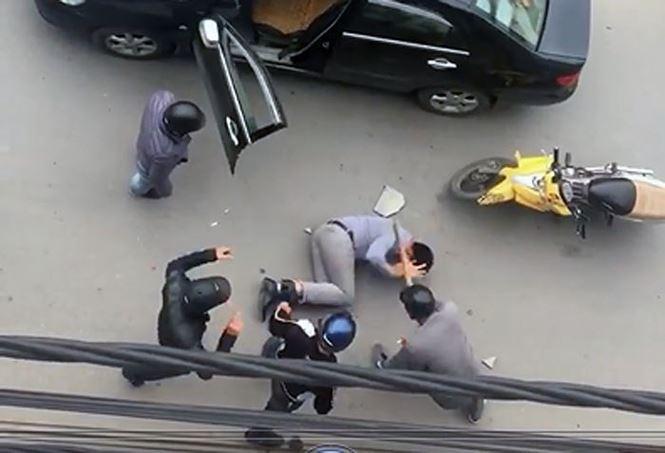 Lộ nguyên nhân vụ tài xế bị lôi khỏi ô tô, đánh dã man trên đường