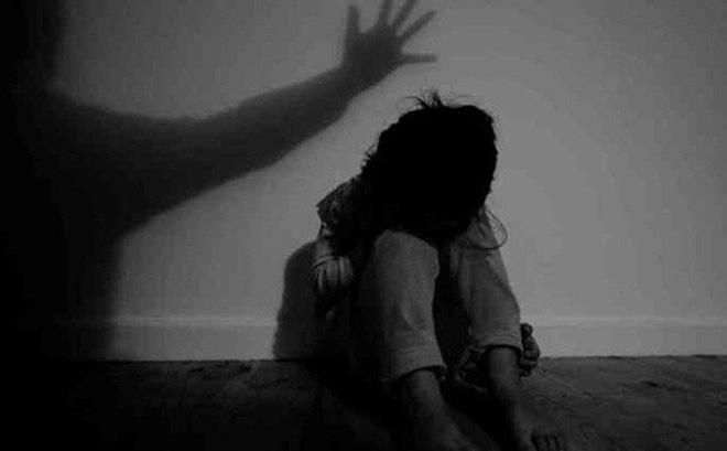 Cha đau lòng phát hiện con trai hiếp dâm con gái