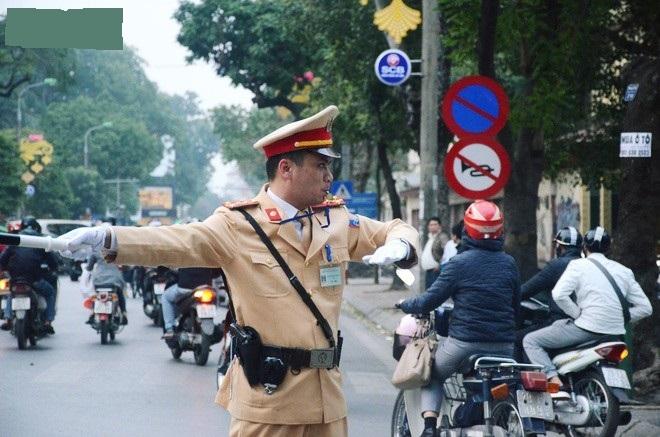 Gặp anh CSGT gây sốt với clip vừa phân luồng vừa đập tay mọi người để ăn mừng chiến thắng của U23 Việt Nam