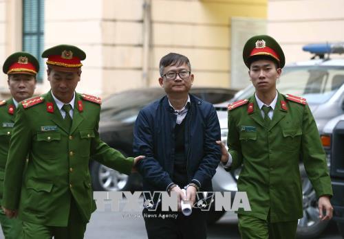 Thẩm vấn vợ chồng em ông Đinh La Thăng về túi tiền tỷ