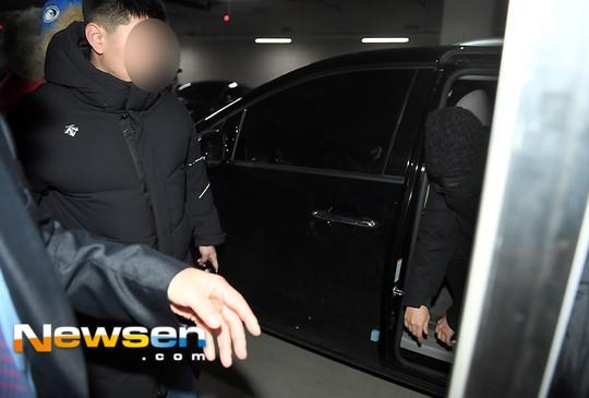 Đi muộn trong ngày đầu tiên trở lại quân ngũ, T.O.P (Big Bang) bị ném đá thậm tệ và so sánh với Yunho