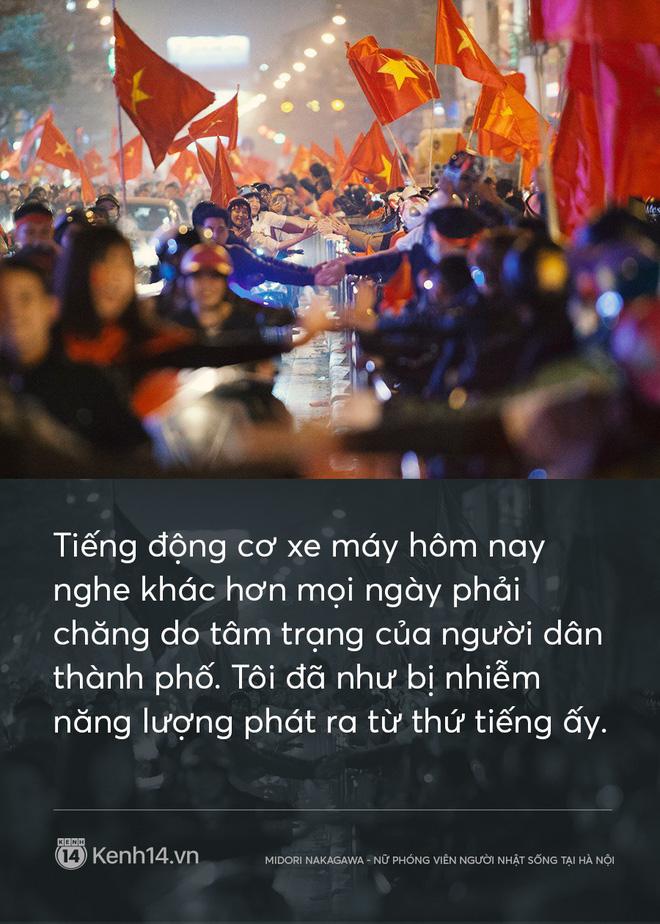 Nữ phóng viên Nhật ngả mũ khi chứng kiến cách ăn mừng U23 của người Hà Nội: Đêm qua quậy tưng bừng vậy mà sáng ra vẫn khỏe khoắn đi làm!