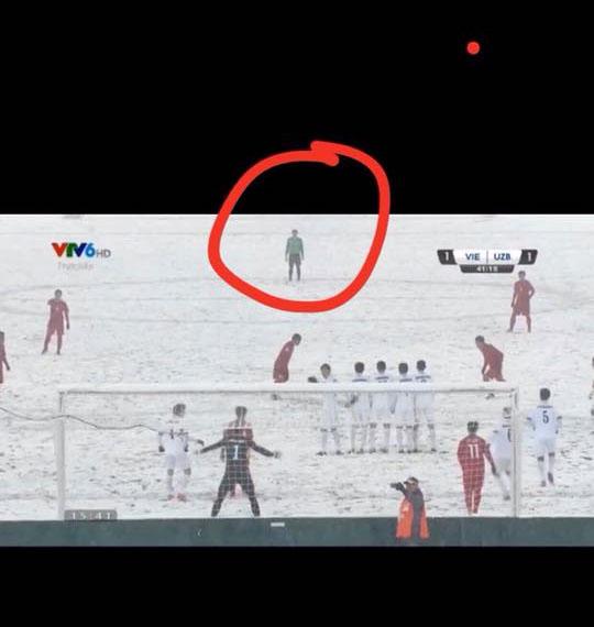 Bùi Tiến Dũng biết Quang Hải sẽ đá phạt vào nên bỏ luôn khung thành ra giữa sân xem cho tiện?