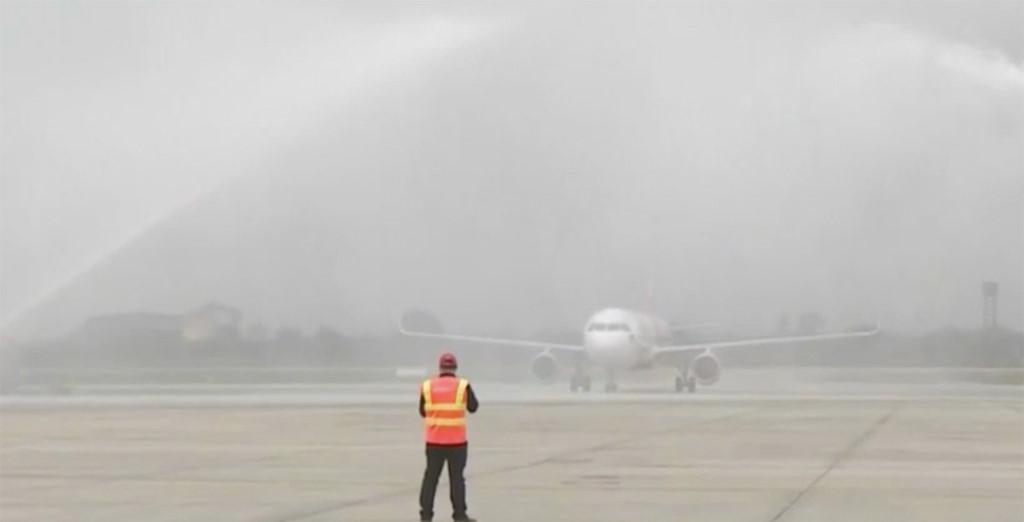 Lý giải màn phun nước khi máy bay chở U23 Việt Nam hạ cánh