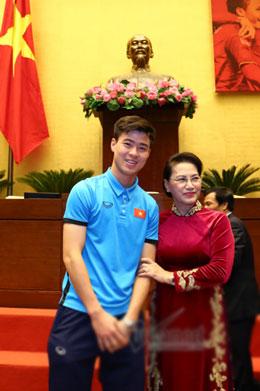 Cử chỉ thân thương của Chủ tịch QH dành cho Quang Hải