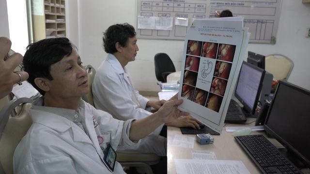 Người nước ngoài nhập viện vì nuốt trứng vịt lộn